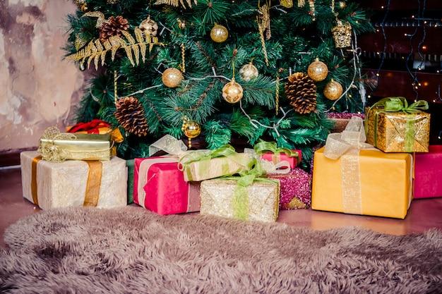 Festivamente decorado interior home com árvore de natal