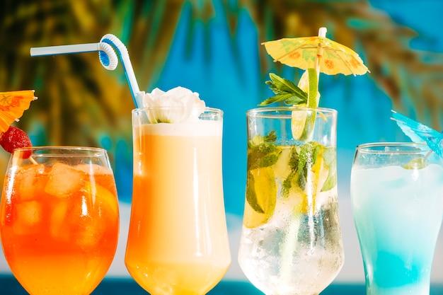 Festivamente guarda-chuva decorado bebidas amarelas e azuis laranja brilhantes