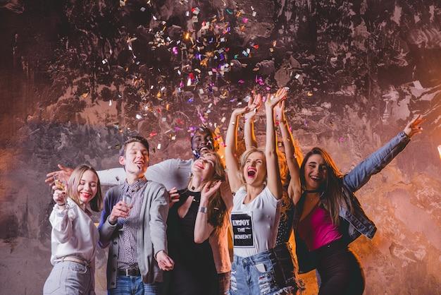 Festivos homens e mulheres em festa juntos