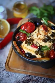 Feta assado com tomate cereja.