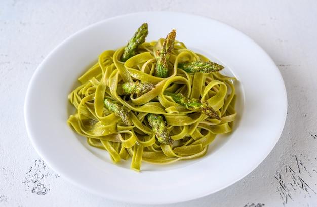 Fettuccine de espinafre com aspargos fritos