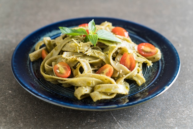 Fettuccine de espinafre com tomate