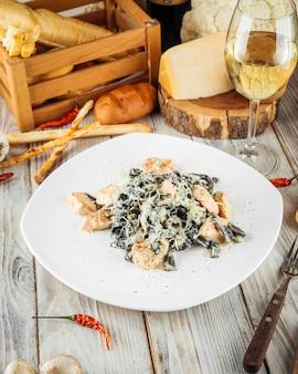 Fettuccine preto com queijo parmesão de salmão