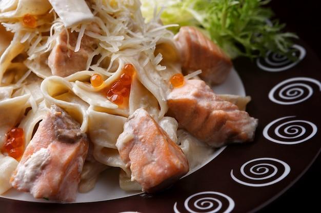 Fetuccini com salmão. macarrão com salmão