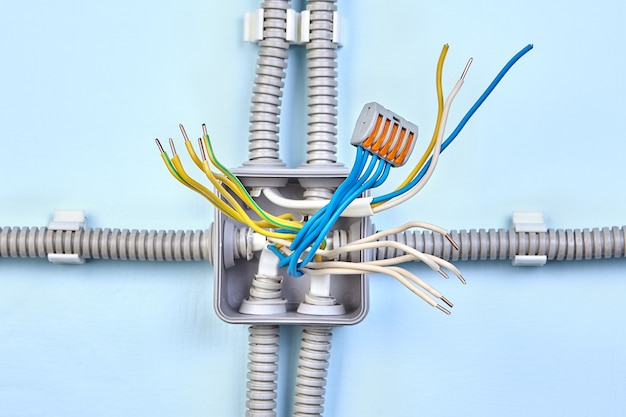 Fiação de cobre da rede elétrica doméstica em conduíte elétrico com conector de fio de pressão.