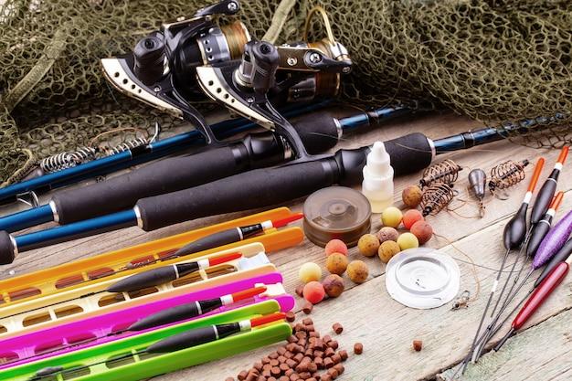 Fiação e varas de pesca em uma mesa velha