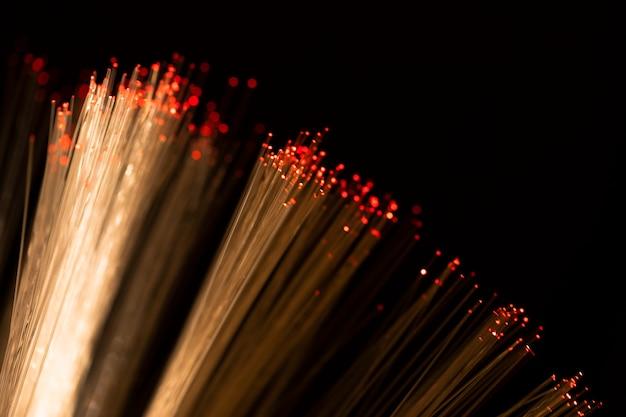 Fibra óptica de close-up com manchas vermelhas