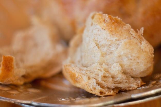 Fibras de pão fofo caseiro quente do forno pãezinhos recém-assados feitos de farinha de grãos inteiros