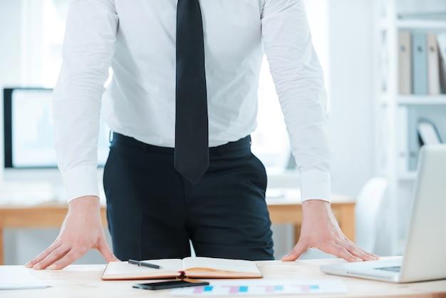 Ficando direto para os negócios. imagem recortada de empresário em trajes formais