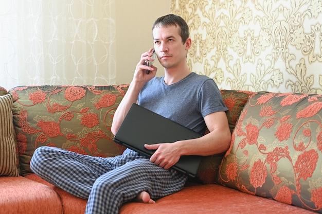 Ficar em casa conceito. quarentena por pandemia de coronavírus. homem de negócios, trabalhando em casa, use uma máscara protetora. trabalho remoto.