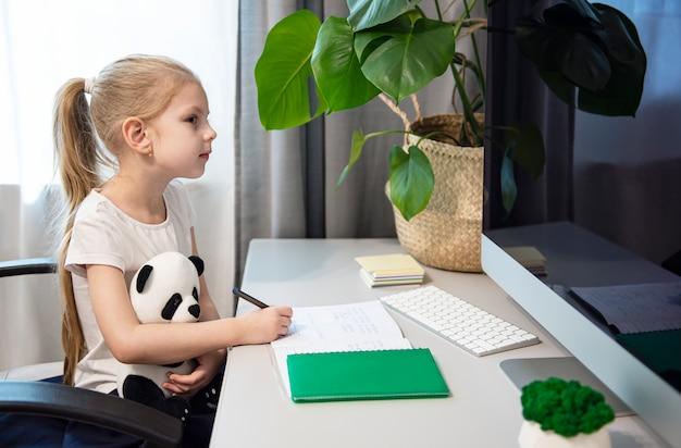 Ficar em casa. educações online. Foto Premium
