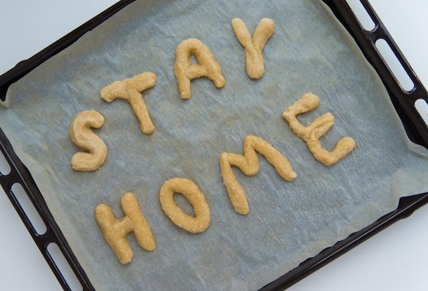 Ficar em casa letras feitas de massa de biscoito