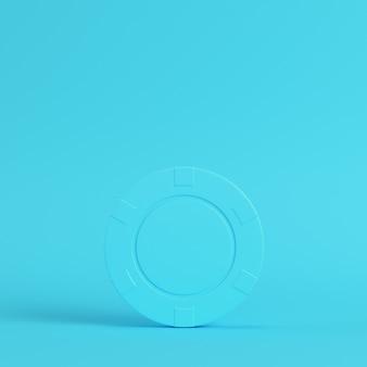 Ficha de cassino em fundo azul brilhante