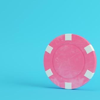 Ficha de cassino rosa em fundo azul brilhante