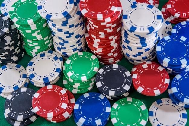 Fichas de cassino coloridas na mesa de feltro verde close-up