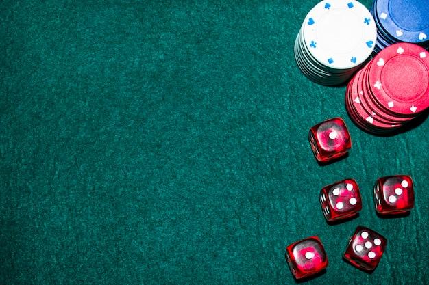 Fichas de cassino e dados na mesa verde