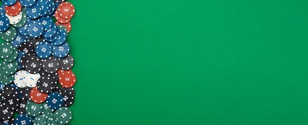 Fichas de cassino em fundo verde com lugar para texto.