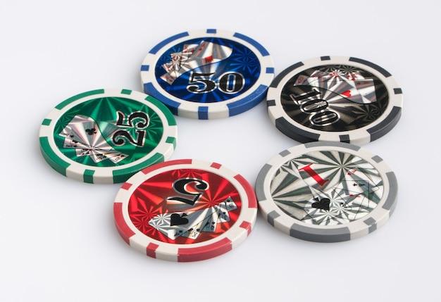 Fichas de cassino em um fundo branco. o conceito de jogos de azar e entretenimento. cassino e pôquer