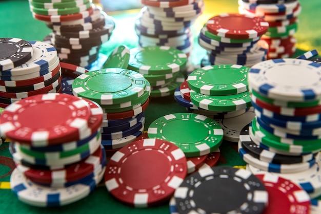 Fichas de jogo de cassino na mesa verde