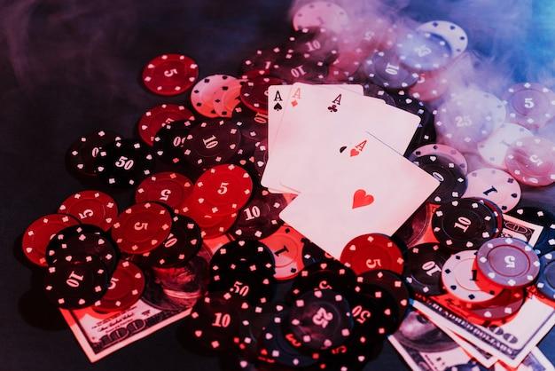 Fichas de jogo de pôquer, cartas e dinheiro com fumaça estufada. a vista do topo