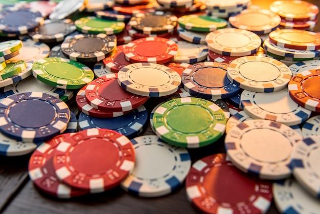 Fichas de jogo em mesa de madeira escura