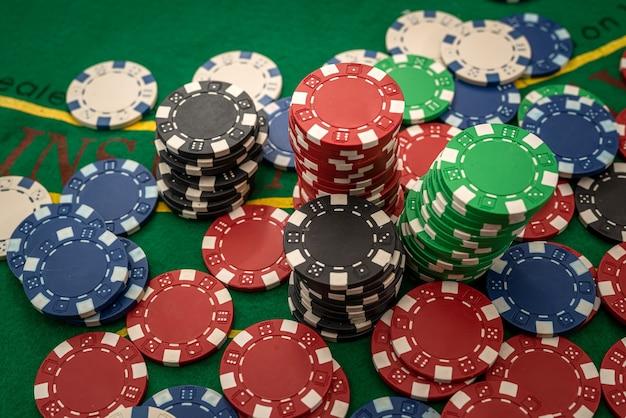 Fichas de jogo na mesa verde do cassino