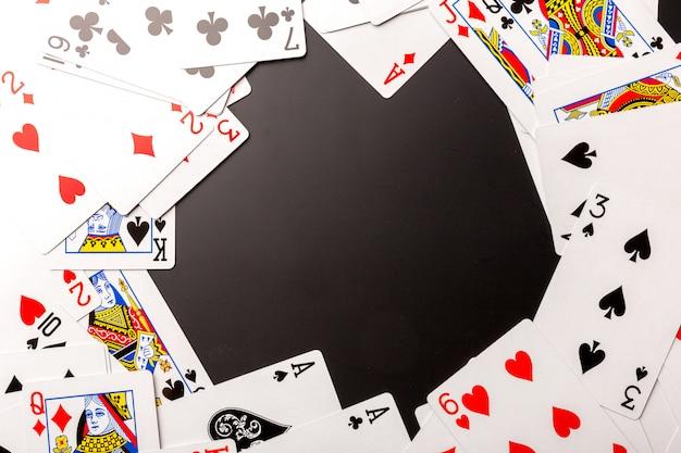 Fichas de poker e cartas em preto