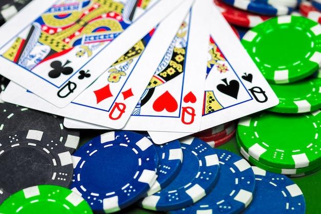 Fichas de poker na mesa