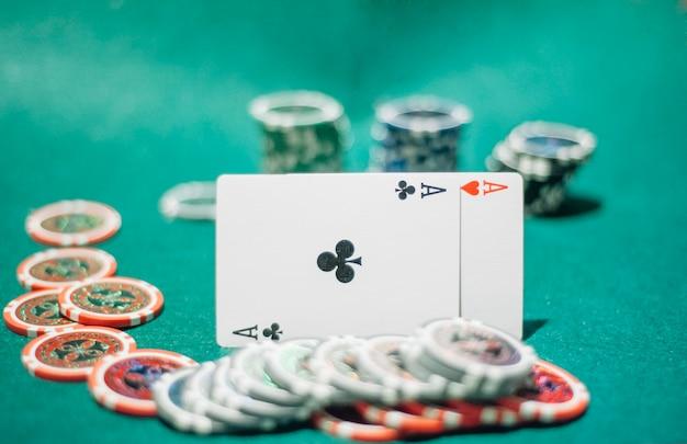Fichas de pôquer coloridas e dois ás