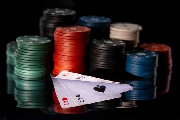 Fichas de pôquer com cartas