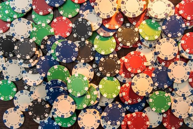 Fichas de pôquer de cassino em fundo de feltro verde