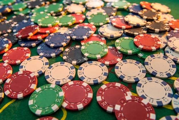 Fichas de pôquer de jogo em campo de jogo verde para jogo de sorte