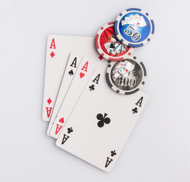 Fichas de pôquer e cartas em um fundo branco. o conceito de jogos de azar e entretenimento. cassino e pôquer