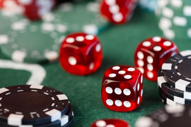 Fichas de pôquer e dados na mesa verde