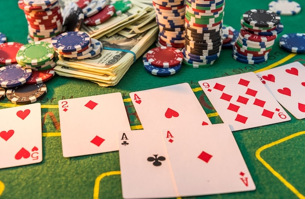 Fichas de pôquer e notas de dólar na mesa do cassino. fazendo aposta no jogo e ganha! jogar