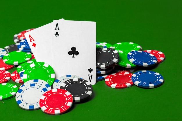 Fichas de pôquer em cima da mesa