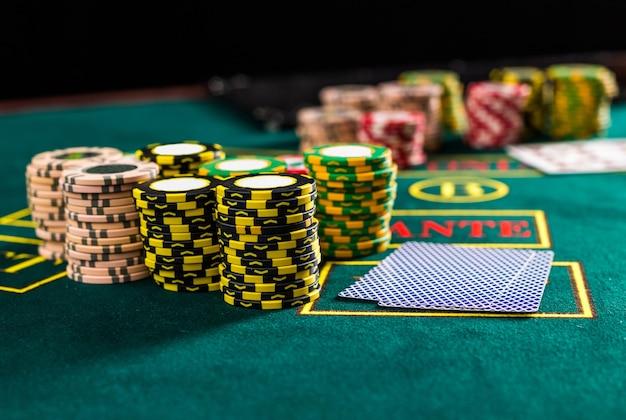 Fichas de pôquer em uma mesa de pôquer no cassino. fechar-se