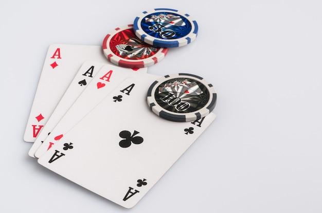 Fichas e cartas de pôquer em um fundo branco o conceito de jogos de azar e entretenimento