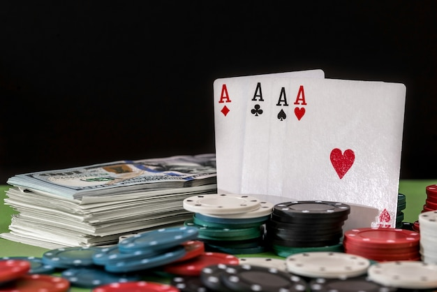 Fichas e cartas de pôquer jogadas em segundo plano