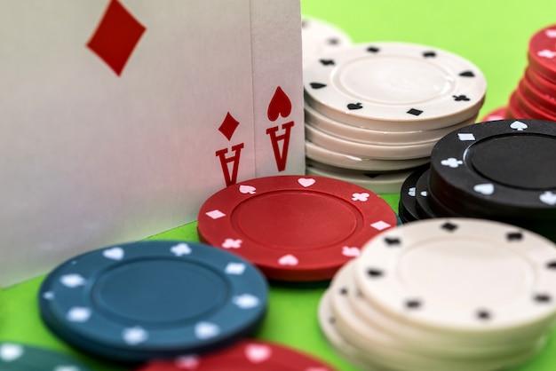 Fichas e cartas de pôquer na mesa do cassino