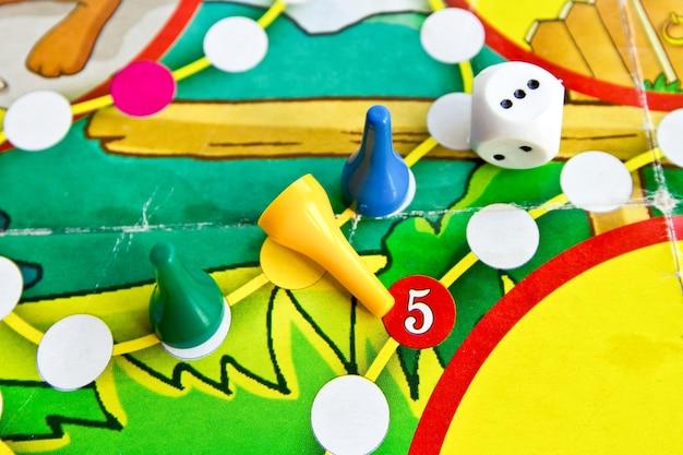 Fichas e dados de plástico coloridos no jogo de tabuleiro