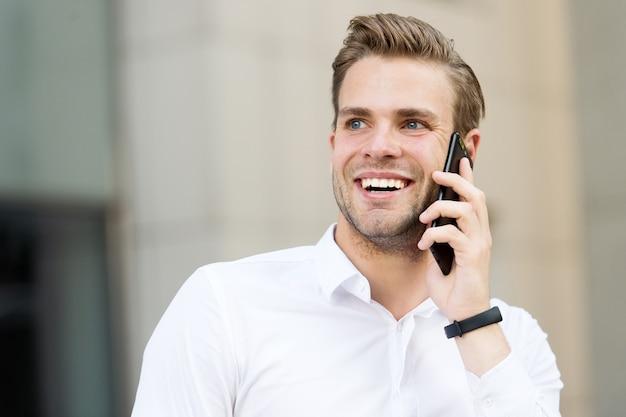 Fico feliz em ouvir você homem bem preparado falar telefone celular meio urbano empresário