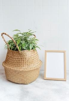 Ficus benjamin e mock up pôster em cima da mesa
