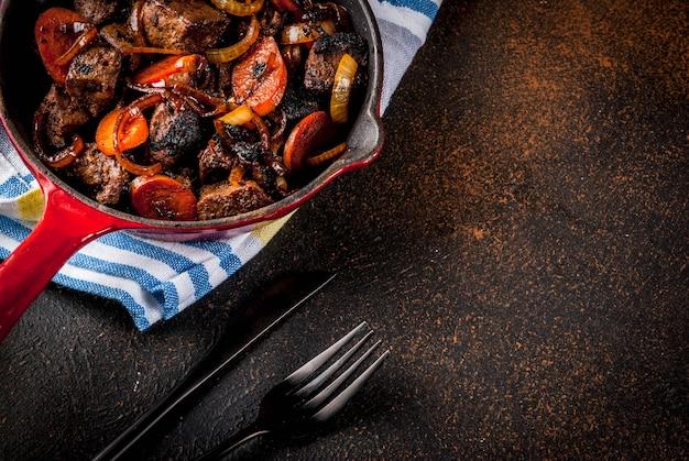 Fígado de bovino assado ou grelhado com cebola e cenoura