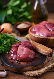 Fígado de frango cru para cozinhar com cebola e pimentão