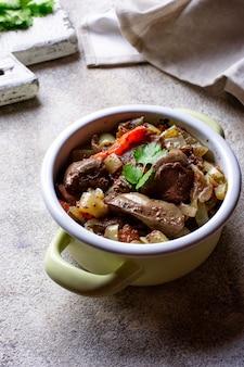 Fígado de frango estufado com legumes