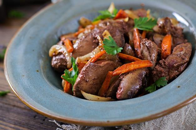 Fígado de frango frito com legumes. comida saudável.