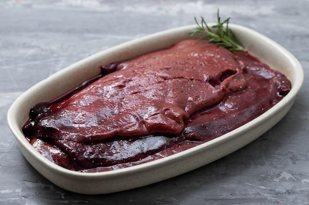 Fígado de porco cru no prato