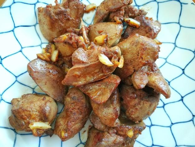 Fígado frito com alho close up