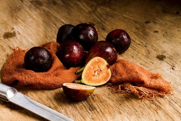 Figos cortados frescos na mesa de madeira